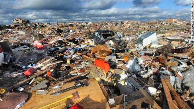 Tormentas y tornados dejan cinco muertos en Illinois