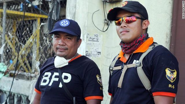 La penosa tarea de recoger los muertos en Filipinas