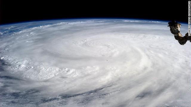 La astronauta Karen Nyberg fotografía el tifón Haiyan desde el espacio