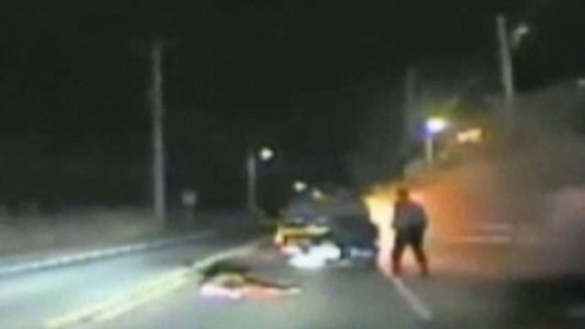 Un policía de Nueva Jersey saca a un hombre de un camión en llamas