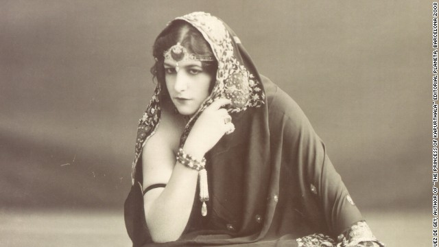 The Maharajas often commissioned valuable emerald jewelry for both themselves and their wives from top Paris jewelry houses. In this picture The Maharani of Kapurthala (born Anita Delgado) wears an emerald harem of the crescent in London in 1912.
