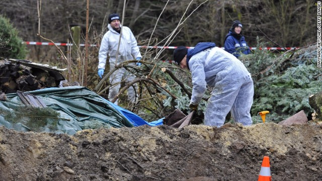 Forensics investigate in the garden of the suspected murderer on November 29 in Hartmannsdorf.