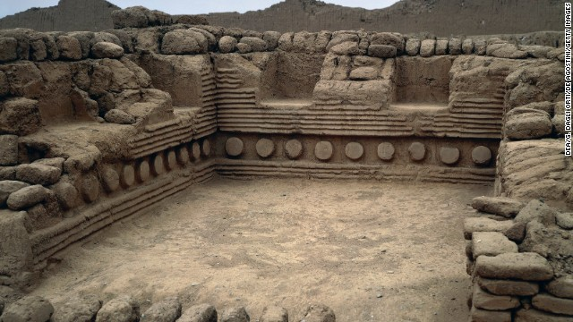 The capital of the Chimú culture, Chan Chan in Peru, probably dates back to before 850 A.D. This is a ceremonial hall known as Tschudi Palace.