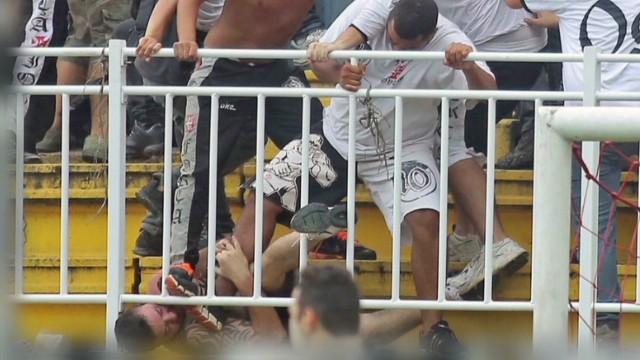 Violencia en estadio de Brasil empaña la imagen del Mundial