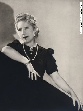 However, not all jewels worn by the glamorous ladies of the art deco era were new. In the dramatic political landscape Europe after World War I, jewels once belonging to queens and empresses were purchased by wealthy wives of industrialists. <!-- --> </br> Here Lydia, Lady Deterding, wife of Royal Dutch Petroleum Company chairman is wearing a pearl and diamond pendant bought from the Grand Duchess Xenia Alexandrovna of Russia.