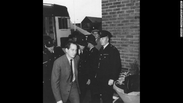 Biggs is escorted by British police in 1963.