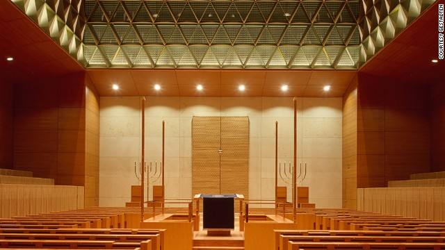 Inside the dramatic building designed by Wandel Hoefer Lorch, a glass and steel roof floods the synagogue with light.