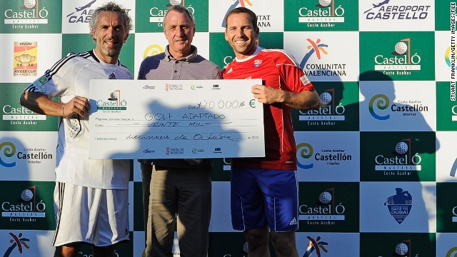 Garcia poses with former Italy international Roberto Donadoni (left) and old Dutch master Johan Cruyff after the charity football match between European Tour players and caddies in 2010.