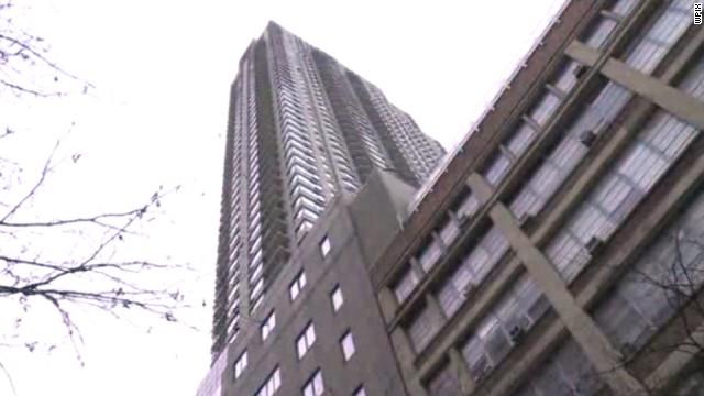 Policía de Nueva York investiga muertes de padre y bebé que cayeron de un techo