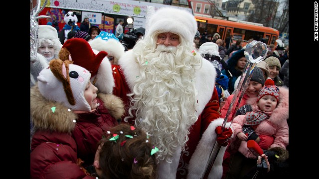 A man dressed as Santa Claus arrives at the Moscow Zoo in Moscow.