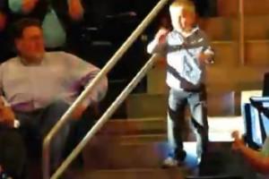 Niño sorprendido bailando