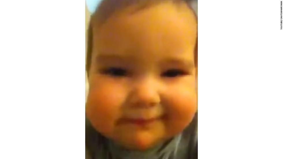 ¡Bebé toma primer 'selfie'!