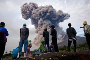 Volcán Monte Sinabung intensifica su erupción