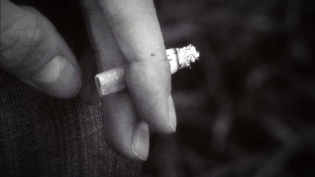 Os dedos amarelos de fumar como livrar-se