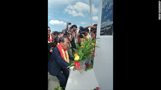 Onoda lays a wreath at the Philippine-Japan Friendship Shrine at Tilik on Lubang Island in the Philippines in May 1996. Onoda made his first visit to the island since coming out of hiding from the jungle there in 1974.