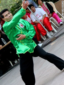 Kung fu beginners can pick up basic skills at Kung Fu Corner (Sundays only) alongside tai chi experts who also practice in Kowloon Park. They take their slow-paced exercise seriously.