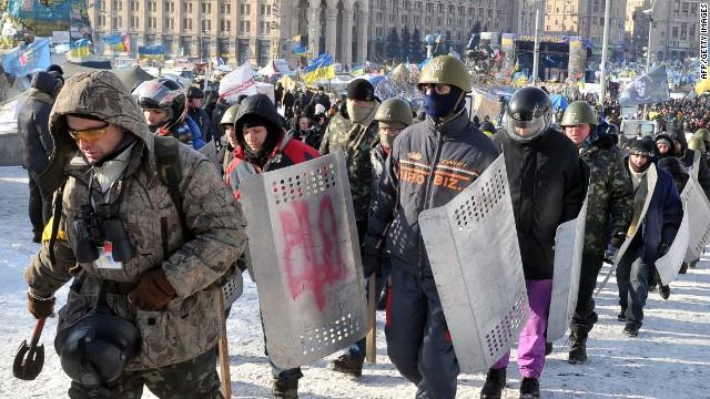 Miles de ucranianos luchan por 'acercarse' a Europa