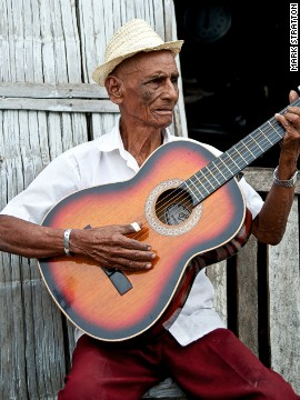 Lagarteros, such as 75-year-old Alejandro Diaz-Lopez of Yaguachi, are balladeers that sing and play guitar for money. Diaz-Lopez welcomes Tren Crucero, singing the praises of President Rafael Correa for investing in the railways.