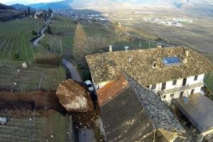 Rocas gigantes por poco aplastan una casa