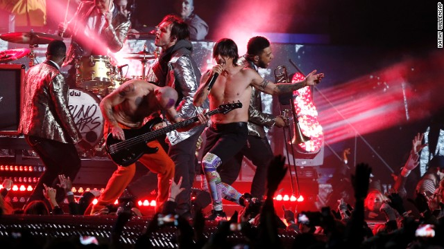"The Red Hot Chili Peppers join Mars on stage for a rendition of ""Give It Away."""