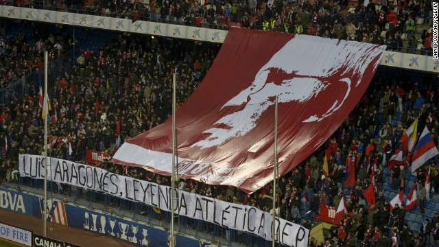A giant banner was unfurled at the Vicente Calderon stadium in honor of former Atletico coach and player Luis Aragones.