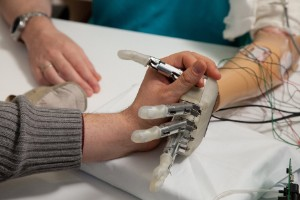 La mano artificial que permite sentir objetos