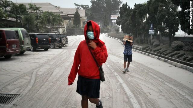 Al menos tres muertos y 75.000 evacuados tras la erupción de un volcán en Indonesia