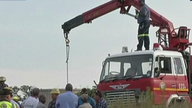Liberan a 11 de los 200 mineros ilegales atrapados en una mina abandonada en Sudáfrica
