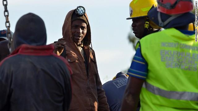Mineros se atrincheran bajo tierra para evitar ser arrestados en Sudáfrica