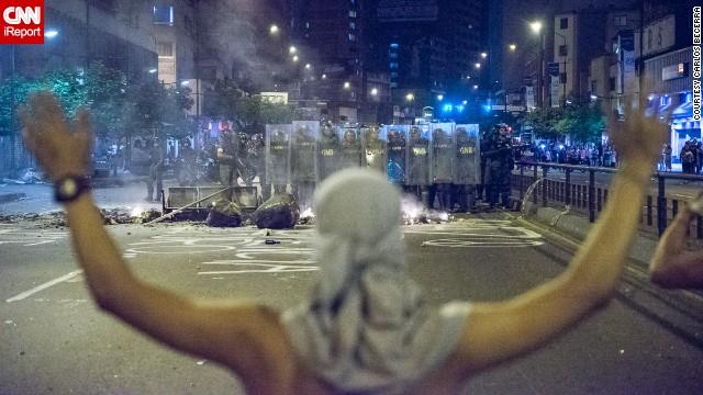 """Capriles pide """"cese de la represión""""; Venezuela atribuye protestas a EE.UU."""
