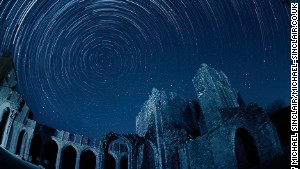 Stargazers can enjoy the silhouette of the Llanthony Priory against the starry sky. The ruins have partly been converted into a pub. After a night of hard sky observation, you can step into the former Augustinian priory for authentic Welsh ale.