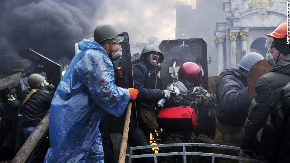 Los manifestantes avanzan a nuevas posiciones en Kiev el 20 de febrero.