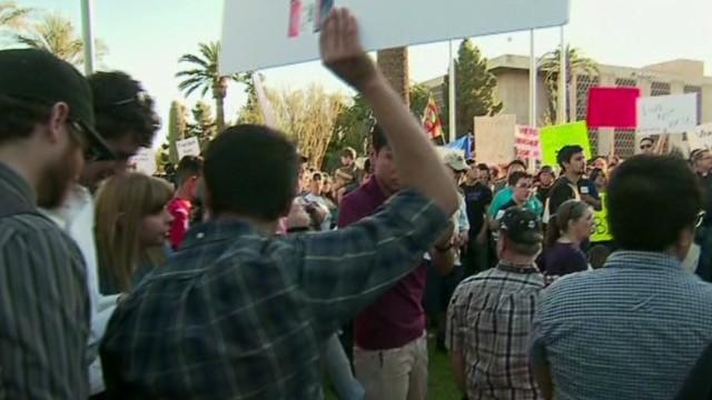 Arizona aprueba una ley que permite a comerciantes negar el servicio a los gays