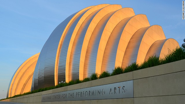 The Kauffman Center includes two separate performance halls; one for the symphony seating 1,600, and one for the ballet seating 1,800. The construction costs for the whole complex were $304 million. <strong>Architects: </strong>BNIM Architects, Moshe Safdie & Associates.