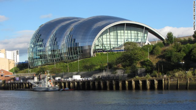 Under its curved glass mantle, Sage Gateshead houses three concert halls of varying size, all equipped with high-end technology. Since its completion in 2004, the organically shaped event complex has been an attraction of the Newcastle area in northern England. <strong>Architect:</strong> Foster + Partners.