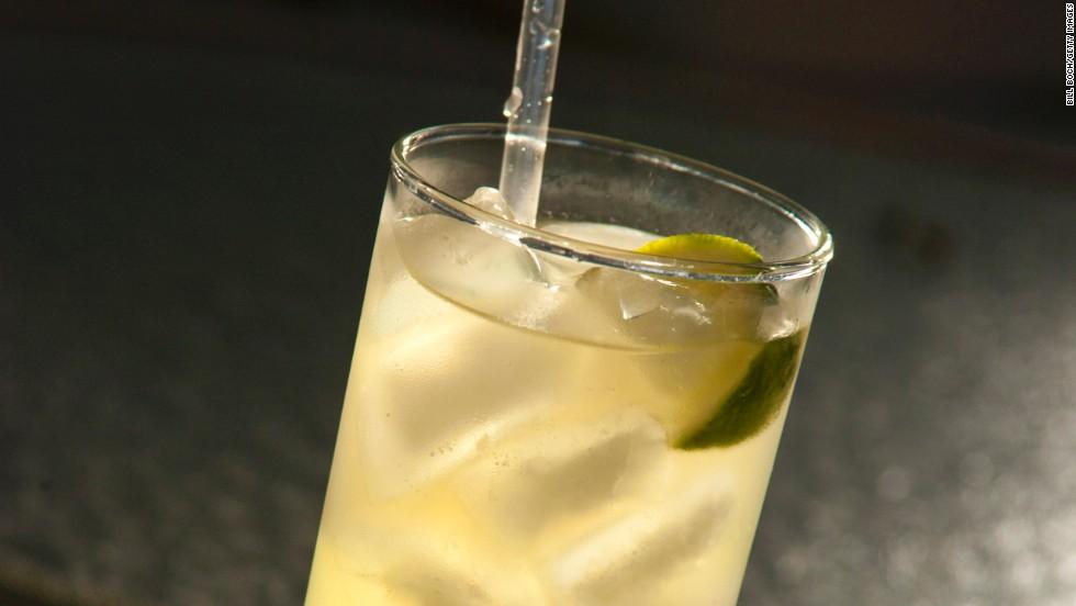 Bebe de un vaso alto
