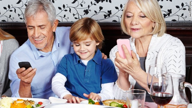 Grown-ups: Put down the smartphones at mealtime