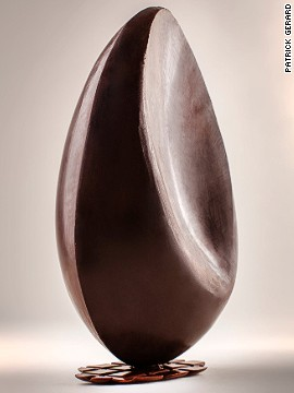 <a href='http://www.patrickroger.com/en/index.php' target='_blank'>Patrick Roger </a>sculpted this giant egg in the form of the moon in its last quarter. Using dark chocolate, he sought to capture the smoothness and richness of the chocolate and the luminescence of the moon.