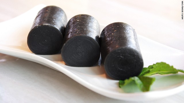 Black sesame film rice rolls are hard to find in tea houses these days. They're complicated to make but cost little for diners, meaning restaurants aren't motivated to put in the effort. The perfect sesame roll should have a smooth and glossy surface. The texture needs to be a bit chewy but not too sticky.