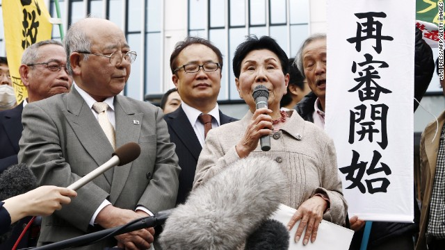 Hideko Hakamada, Iwao's elder sister, speaks to his supporters outside the Shizuoka District Court on March 27 in Shizuoka, Japan.