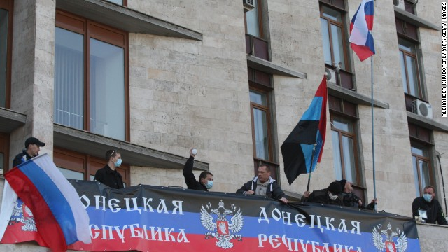 Manifestantes levantan la bandera rusa sobre ciudad ucraniana oriental