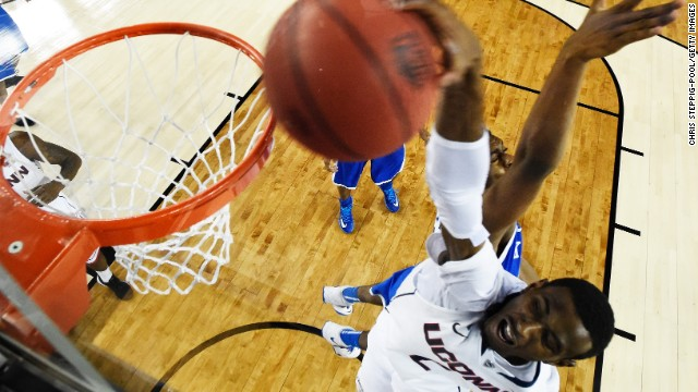 Daniels dunks against the Kentucky Wildcats.