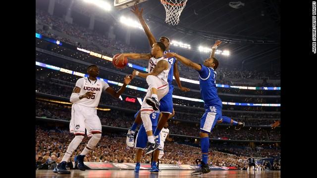 Napier passes around Kentucky center Dakari Johnson.