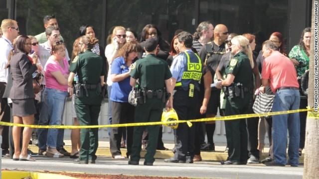 Un niño muere después de que una camioneta empujó un auto contra una guardería