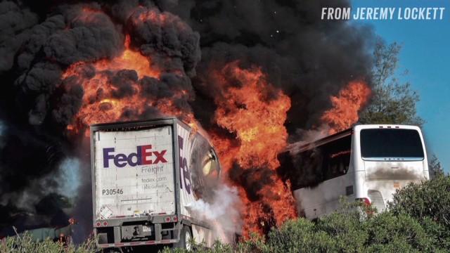 Camión en llamas impactó con autobús escolar