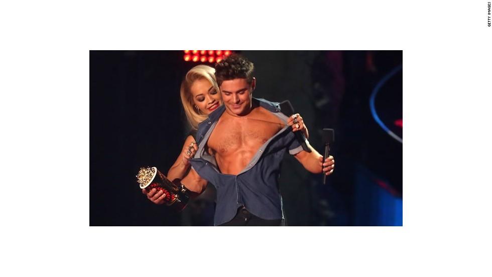 """El premio de """"mejor actuación sin camisa"""" se lo llevó Zac Efron por una escena en la recámara enThat Awkward Moment. Las presentadoras Jessica Alba y Rita Ora advirtieron que el ganador debía mostrar su atractivo y subir al escenario sin camisa."""