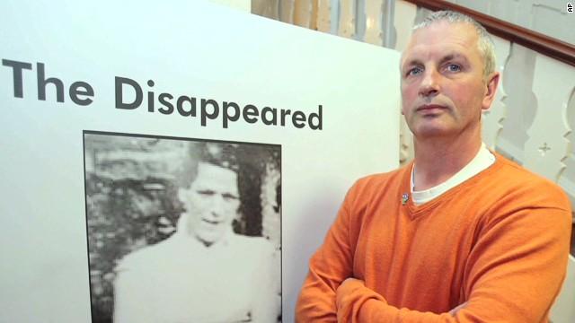 Liberan a Gerry Adams tras cuatro días bajo custodia policial