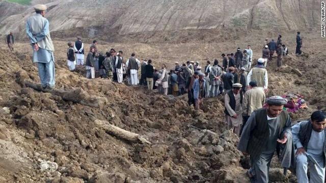 Declaran 'tumba masiva' la aldea sepultada en Afganistán; habría 2.700 muertos