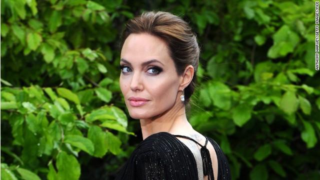 El vestido de boda de Angelina Jolie fue hecho por Versace... y por sus hijos