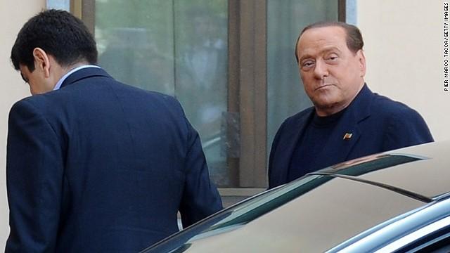Silvio Berlusconi inicia su sentencia de trabajo social en un asilo